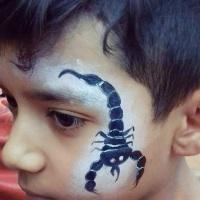 Pintura facial de escorpião