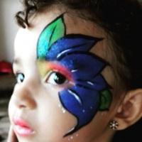 Pintura facial de flor estilizada