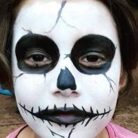 Pintura facial de caveira! Ai que medo!!