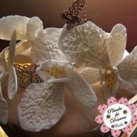 Bolo com orquídeas e borboletas em açúcar