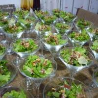 Saladinhas servidas em taças de Martini, tornando seu evento mais requintado.