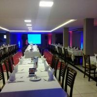 Telão Data Show para Eventos em Restaurantes e Iluminação Decorativa.