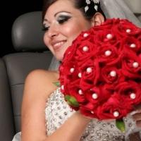 Bouque de noiva vermelho com pedrarias brancas