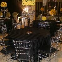 Cadeira acrílica e toalha redonda preta listrada