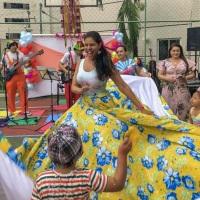 Cirandas e atividades com a família com músicas de roda e atividades que buscam a interação entre cr