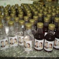 mini garrafinhas com cachaça e vinho