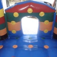 Parte de dentro do castelo. Espaçoso, confortável e seguro. Super colorido! O brinquedo ideal para o