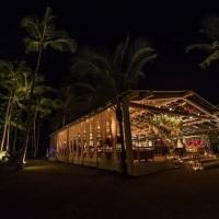 Tenda iluminada com destaque de cênica para festa de casamento em Trancoso