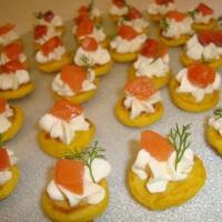 Blinis de Açafrão com Sour Cream e Lâminas de Salmão Marinado