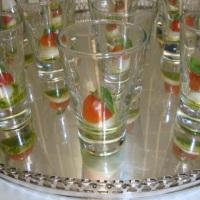 Pincho de Tomate Cereja com Mussarela de Búfala e Dip de Manjericão em verrines