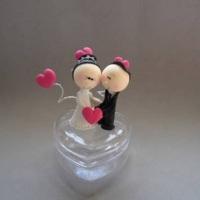 Noivos em coração de acrílico