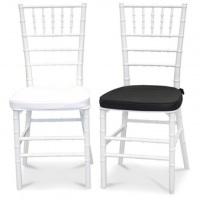 Cadeiras Tiffany Brancas com almofadas brancas e pretas