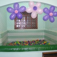 Piscina de bolinha em alvenaria, com laterais e fundo estofados. 2 X 2 m, com 5000 (cinco mil) bolas