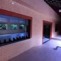 Cobertura da frente da área do Salão de Festas REALIZE. Fica antes da entrada do salão principal