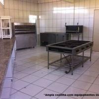 Cozinha industrial ampla e equipada