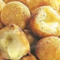 bolinhos de queijo mussarela,catupiry e cheddar.