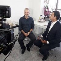 Entrevistando mais um profissional.