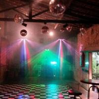 local rústico com iluminações em led, globos, pista xadrez