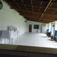 Salão de festas com cozinha ao fundo