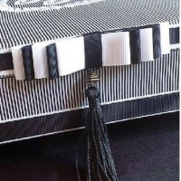 Caixa com monograma e iniciais bordadas na tampa