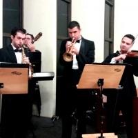 Um Quarteto pode ser a formação ideal para sua cerimônia.  Na imagem podemos ver  Teclado , Violin