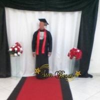 Beca preta com faixa vermelha