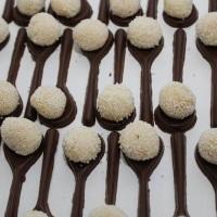 doces tradicionais em colheres de chocolate