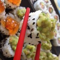 Roll Uramaki: recheado de salmão e coberto com guacamole.