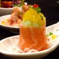 Geisha de salmão: recheada com pasta de camarão e cream chesse, coberta por caviar de wasabi(raiz fo
