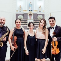 Saxofone, violino, piano digital, violoncelo e violino para cerimônia de casamento religiosa.
