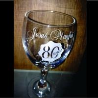 Taça para vinho. Lembrança de aniversário 80 anos. (7128)