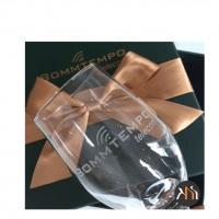 Taça para cerveja personalizada com embalagem em cartonaria verde, cetim interno e laço de fita dour