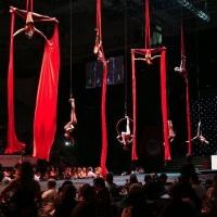 evento empresarial, com o tecido acrobatico