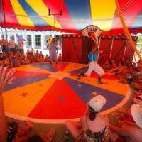 show de circo, na lona de circo com os spalhaçõs