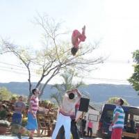 intervenção circense, com os acrobatas
