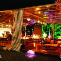 Tenda Domus medindo 180 m² e 3,5 m de altura com piso de tábua corrida