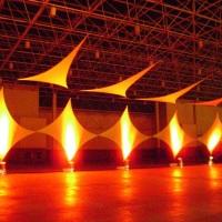Losangos e triángulos de lycra tensionada
