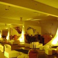 Mobiliários, puffs, plantas ornamentais, iluminação cênica.