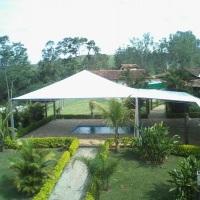 Tenda 10x10 m² com avanço.
