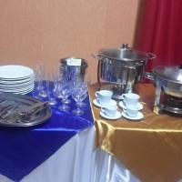 Utensílios para festas (pratos, talheres, copos, rechauds, mesas, cadeiras, toalhas, etc).