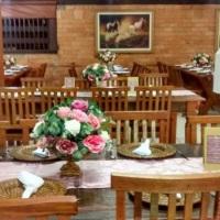 arranjo de mesa de convidados com flores replicas