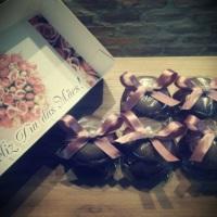 Caixinhas para padrinhos e datas especiais com doces com cobertura de chocolate