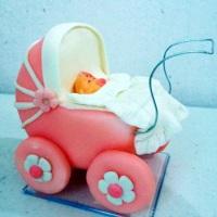 carrinho de bebê em biscuit ! Topo de bolo chá de bebê menina .