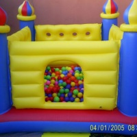 Castelinho inflável com bolinhas coloridas indicados para crianças de 0 à 3 anos....