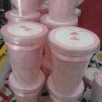 Algodão doce no potinho e personalizados com cor e tema da festa.