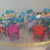 Cantinhos especiais de Arte para os pequeninos, com pequenos brinquedos, lego, massinha de modelar,
