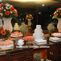 Decoração para casamento, com flores naturais e vaso em pedrarias, tudo montado em mesa rustica com