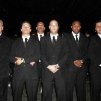 Equipe de apoio em segurança bem alinhada e uniformizada de forma padrão.