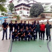 Equipe de carregadores e bombeiros civis pronta para iniciar mais um trabalho.