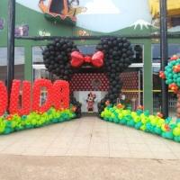 Arco da Minnie Vermelha com entrada com nome e árvore de balão
